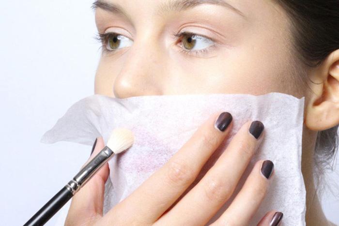 Sử dụng khăn giấy và phấn phủ để giúp son môi giữ lâu