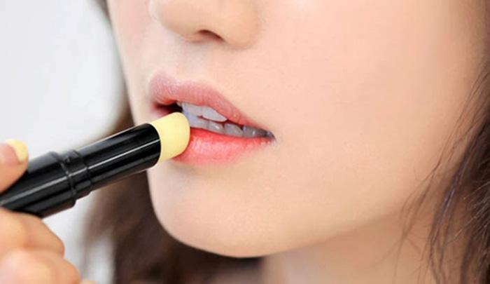 sử dụng kem dưỡng để môi căng mọng