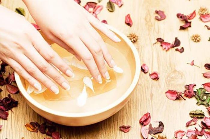 Làm sạch móng tay tại nhà